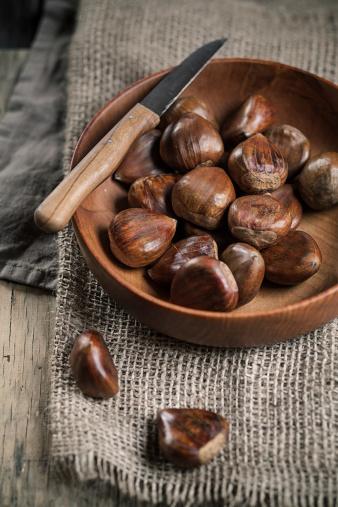 栗「Chestnuts in wooden bowl, knife on top」:スマホ壁紙(1)