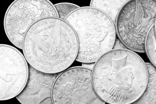 米国硬貨「米国銀ドルに黒色の背景」:スマホ壁紙(2)