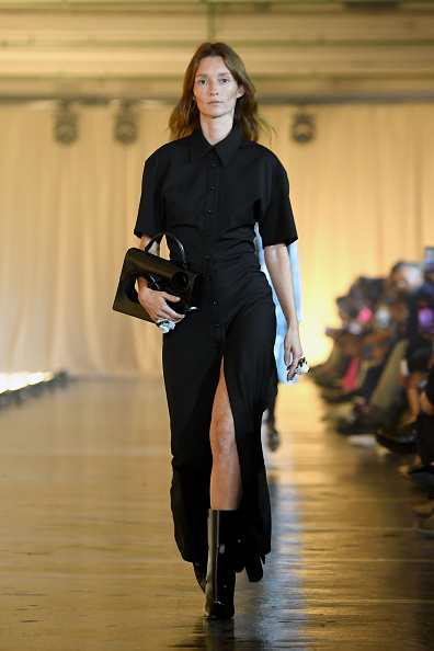 Thigh High Slit「Off-White : Runway - Paris Fashion Week - Womenswear Spring Summer 2020」:写真・画像(19)[壁紙.com]