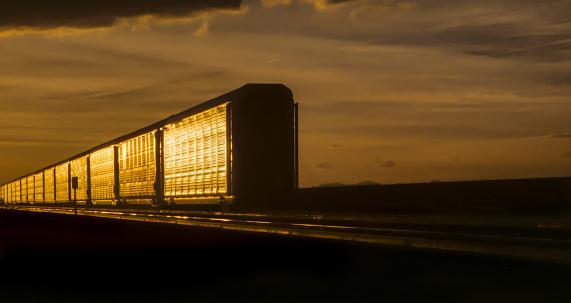 鉄道・列車「Real end of freight train shining in sunset light」:スマホ壁紙(9)