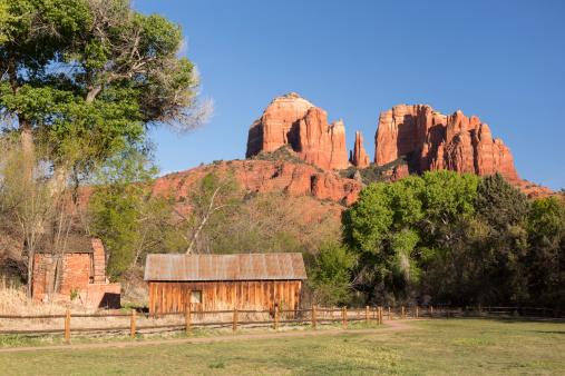 Sedona「Water wheel, barn, and Cathedral Rock, Sedona, Arizona」:スマホ壁紙(1)