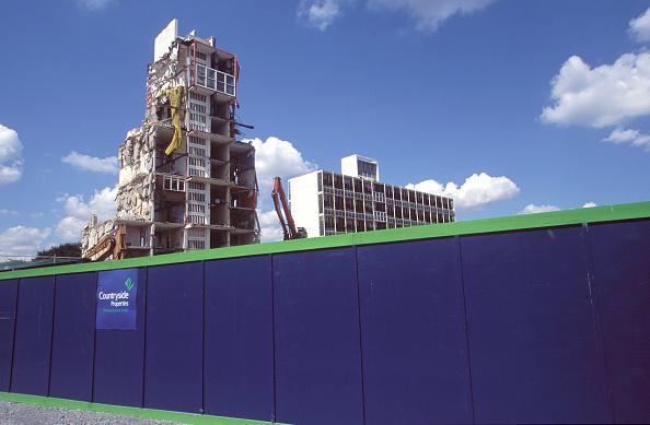 Demolishing「Peckham regeneration, London. Run down Estate being demolished」:写真・画像(7)[壁紙.com]