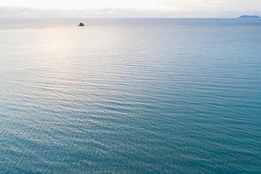 Rippled「Australia, Queensland, Sea reflecting sunlight」:スマホ壁紙(13)