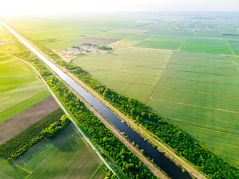 Canal「Danube canal stretches between agricultural plots and farms」:スマホ壁紙(10)