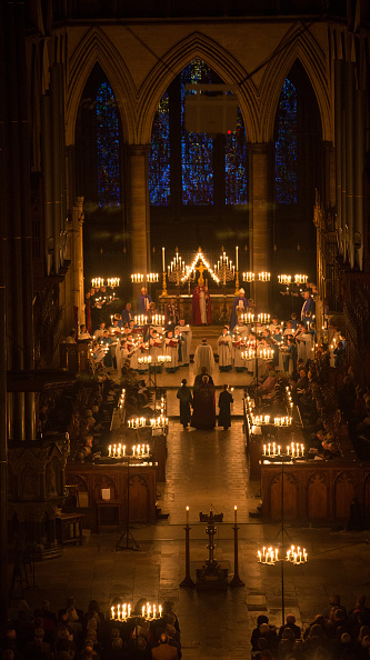 Church「Salisbury Cathedral's Advent Procession By Candlelight」:写真・画像(9)[壁紙.com]