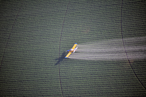Spraying「Looking down on a crop duster」:スマホ壁紙(17)