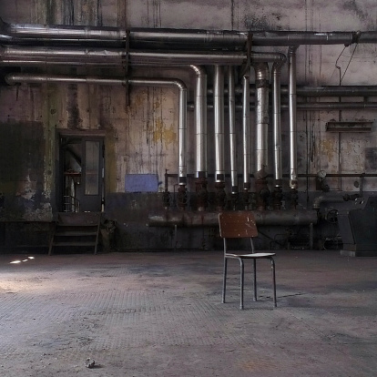 Dark「Chair in an abandoned factory, Istanbul, Turkey」:スマホ壁紙(4)