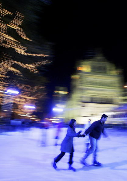 Holding Hands「Natural History Museum Ice Rink And Christmas Fair」:写真・画像(15)[壁紙.com]