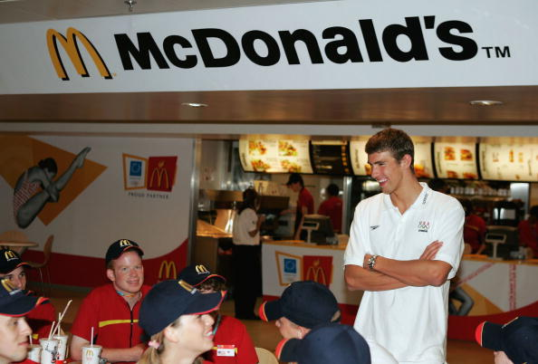オリンピック「U.S. Swimmer Michael Phelps Visits McDonalds」:写真・画像(14)[壁紙.com]