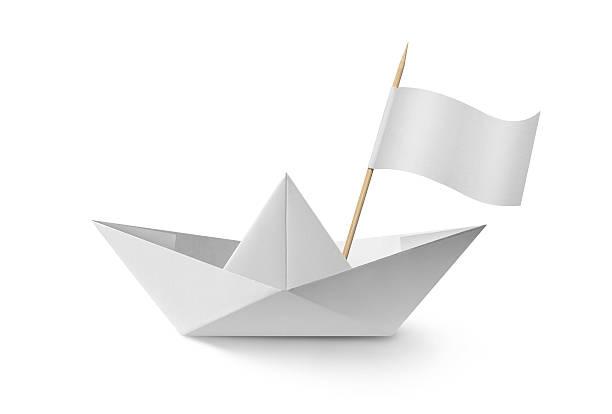 Paper boat with flag:スマホ壁紙(壁紙.com)