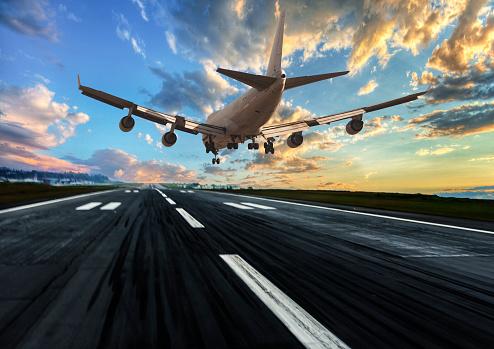 Airplane「Passenger airplane landing at dusk」:スマホ壁紙(17)