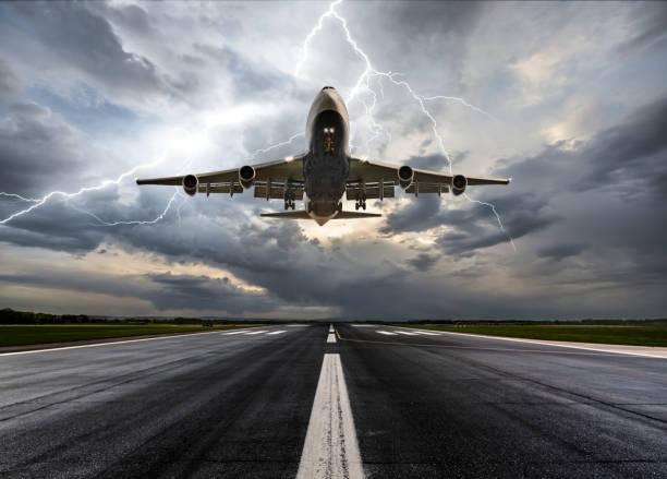 Passenger airplane landing on extreme weather:スマホ壁紙(壁紙.com)