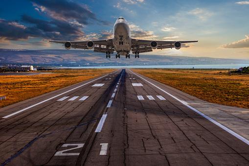 Approaching「Passenger airplane taking off at sunset」:スマホ壁紙(11)