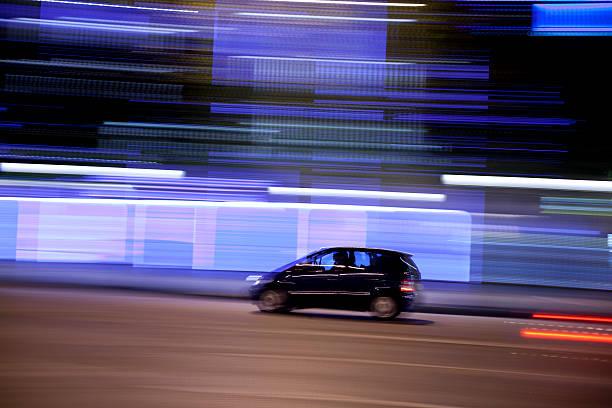 Champs-Élysées traffic with panning motion at night, Paris, France:スマホ壁紙(壁紙.com)