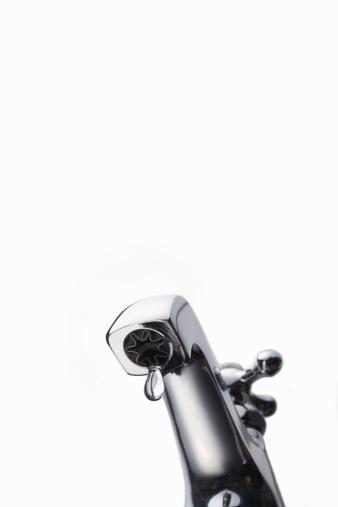スイセン「Drop of water falling from faucet, close-up」:スマホ壁紙(4)
