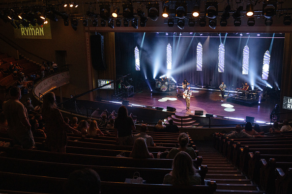 Audience「Live At The Ryman Livestream Experience Featuring Brett Young」:写真・画像(3)[壁紙.com]
