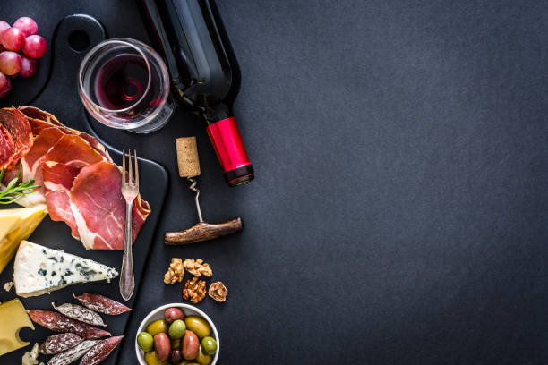 Appetizer frame: red wine, Iberico ham and cheese on rustic table:スマホ壁紙(壁紙.com)