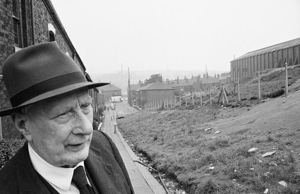 One Senior Man Only「L. S. Lowry」:写真・画像(18)[壁紙.com]