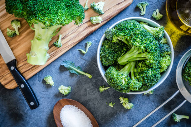 Cutting and cooking broccoli on grey textured backdrop:スマホ壁紙(壁紙.com)