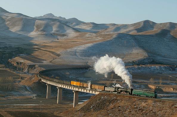 風景(季節別)「Brickworks Viaduct at Erdi on the Jing Peng Pass section of the Ji-Tong railway in Inner Mongolia as a QJ Class 2-10-2 is piloted by a Co Co diesel electric during the switch to diesel traction. December 2004.」:写真・画像(13)[壁紙.com]