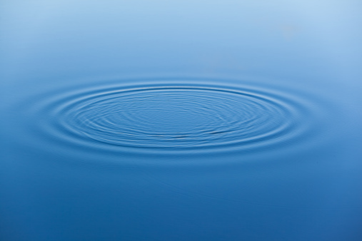 Concentric「Water ripples on the surface of smooth water」:スマホ壁紙(2)