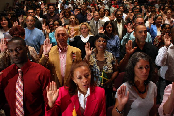 Ceremony「Immigrants Become Citizens At Naturalization Ceremony」:写真・画像(12)[壁紙.com]