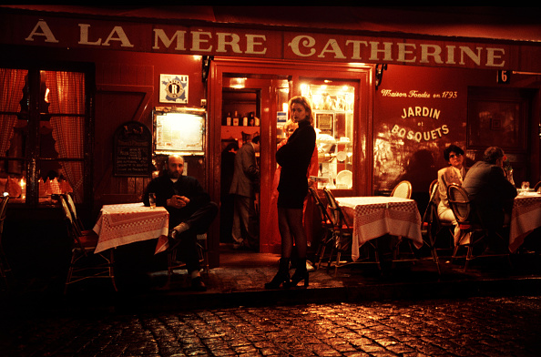 French Culture「French citizens and tourists dine outside a popular restaurant」:写真・画像(2)[壁紙.com]