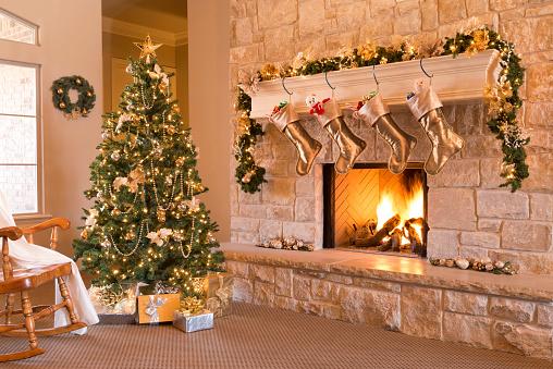 お祭り「ゴールドクリスマス: 朝、木、ギフト、暖炉、ストッキングは、炉棚や窯、リース」:スマホ壁紙(6)