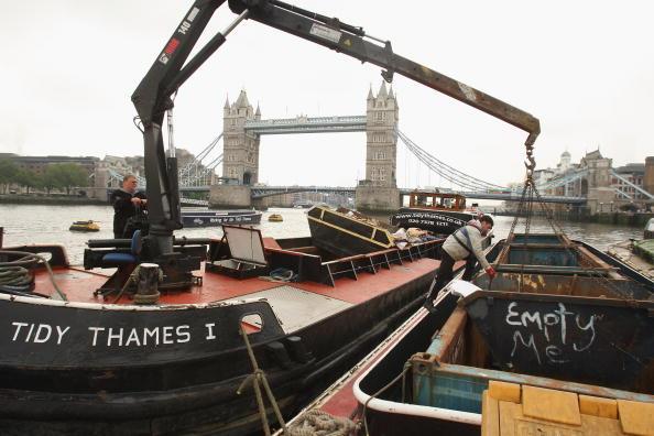 Hydraulic Platform「Tidy Thames Refuse Barge In Operation in London」:写真・画像(17)[壁紙.com]