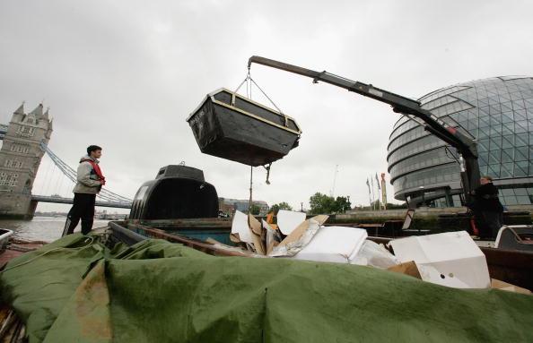 Hydraulic Platform「Tidy Thames Refuse Barge In Operation in London」:写真・画像(19)[壁紙.com]