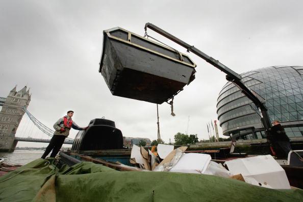 Hydraulic Platform「Tidy Thames Refuse Barge In Operation in London」:写真・画像(16)[壁紙.com]