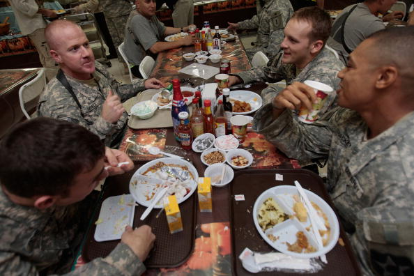 Marcus Camby「US Troops in Baghdad Have Thanksgiving Meal」:写真・画像(6)[壁紙.com]