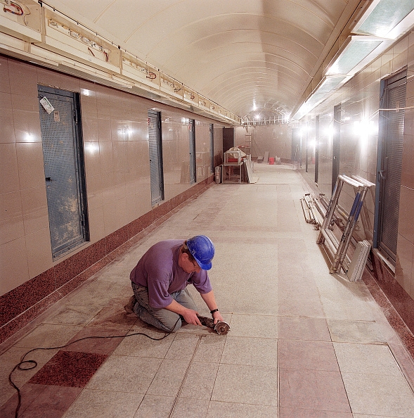 Grinder - Industrial Equipment「Flooring works in passenger tunnel during refurbishment of Angel Underground station. London, United Kingdom.」:写真・画像(13)[壁紙.com]