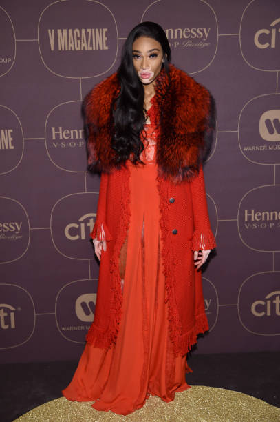 赤のコート「Warner Music Group Hosts Pre-Grammy Celebration In Association With V Magazine - Arrivals」:写真・画像(19)[壁紙.com]