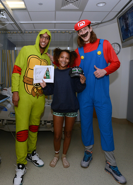Evan Turner「Boston Celtics Celebrate Halloween With Boston Children's Hospital」:写真・画像(10)[壁紙.com]