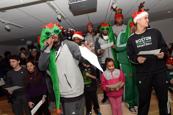 Evan Turner「Boston Celtics Bring Holiday Spirit To Boston Children's Hospital」:写真・画像(12)[壁紙.com]