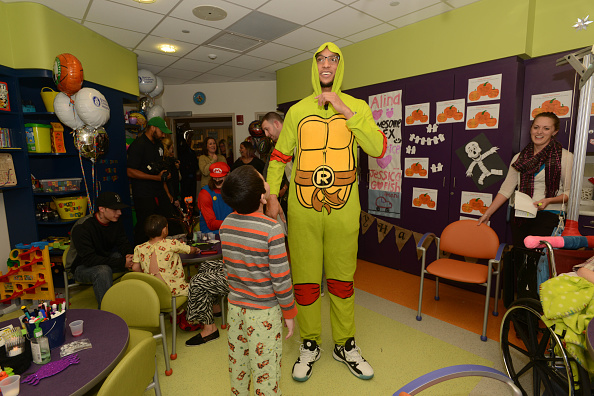 Evan Turner「Boston Celtics Celebrate Halloween With Boston Children's Hospital」:写真・画像(6)[壁紙.com]