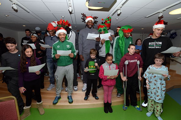 Evan Turner「Boston Celtics Bring Holiday Spirit To Boston Children's Hospital」:写真・画像(11)[壁紙.com]