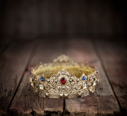 God「Gold Crown on an Old Wood Background」:スマホ壁紙(19)
