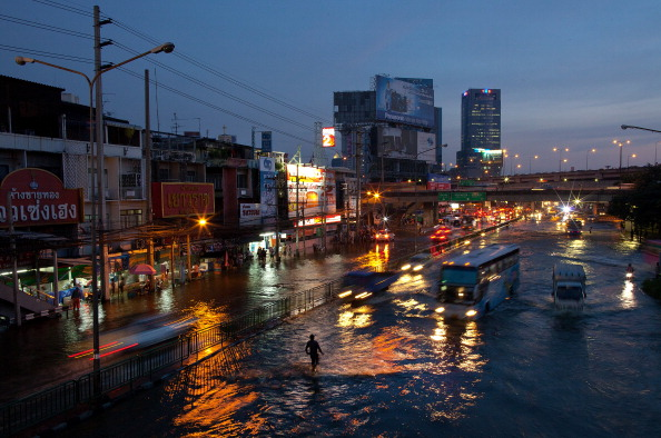 Paula Bronstein「Thai Residents Brace Against Rising Flood Waters In Bangkok」:写真・画像(10)[壁紙.com]