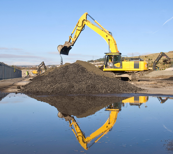 Finance and Economy「Excavator moving earth on brownfield site」:写真・画像(6)[壁紙.com]
