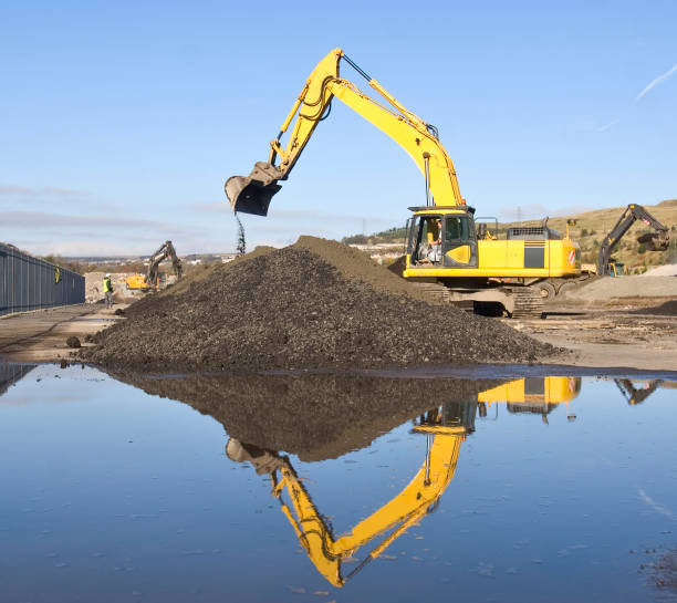 Excavator moving earth on brownfield site:ニュース(壁紙.com)