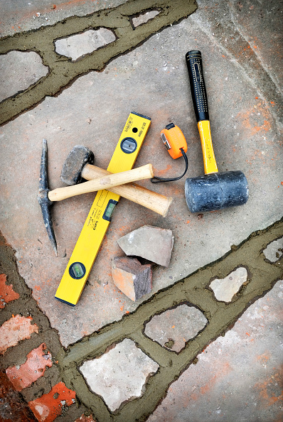 Level - Measurement Tool「Builders tools amongst recently pointed joints awaiting brushing out on a patio laid with natural stone slabs, UK」:写真・画像(0)[壁紙.com]