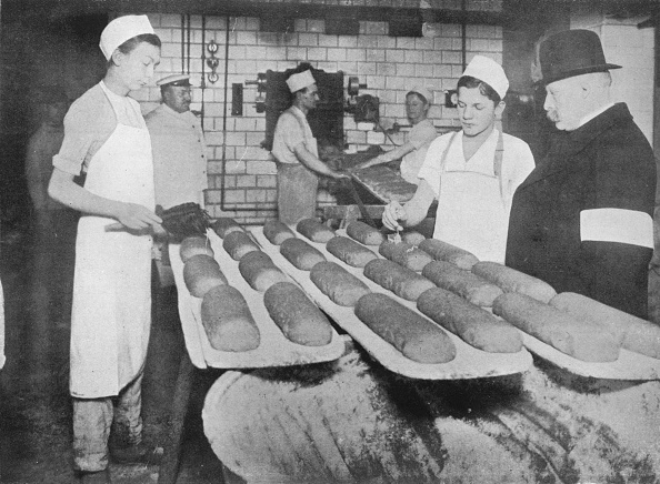 Loaf of Bread「An Inspector Visiting A Berlin Bakery 1915」:写真・画像(3)[壁紙.com]