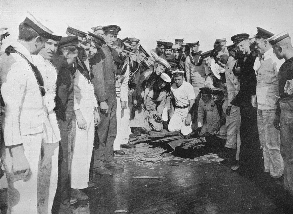 Sailor「British Sailors Round A Hole In The Deck Of Their Vessel 1915」:写真・画像(19)[壁紙.com]