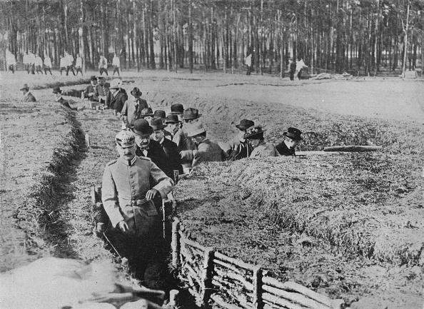 レクレーション活動「Showing Civilians Round The Exhibition Trenches On The Outskirts Of Berlin 1915」:写真・画像(16)[壁紙.com]