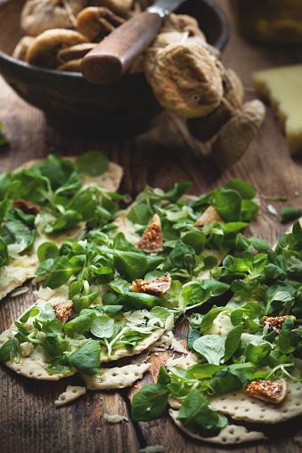 イチジク「新鮮なサラダとクラッカーは、木製のテーブルにイチジクとパルメザン チーズを乾燥させます。」:スマホ壁紙(8)