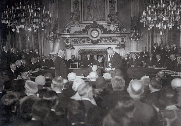 Locarno「Stresemann signing the Locarno-pact」:写真・画像(1)[壁紙.com]