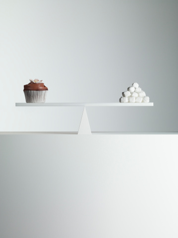 Comparison「Cupcake and stack of sugar cubes balanced on seesaw」:スマホ壁紙(3)