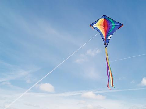 kite flying「Flying a kite」:スマホ壁紙(18)
